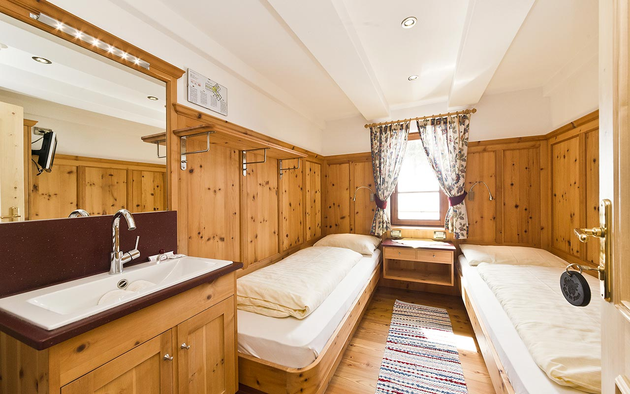 Double room at Fanes Hut equipped with wooden furniture