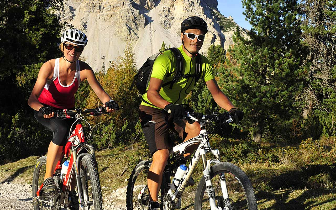Two guys enjoy a mountain bike tour on the Alpe di Fanes