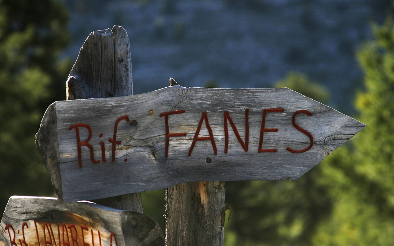 Wooden signal indicating Fanes Hut